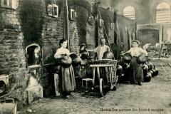 Postcard with caption Bouteilles sourtant des fours à recuire (bottles coming out of the annealing oven) Verreries de Jumet, (Jumet, Belgium, ca. 1910).