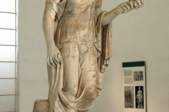 Flora Farnese. Colossal Roman statue, remaking of the imperial age from the Hellenistic original. (Naples, National Archaeological Museum)